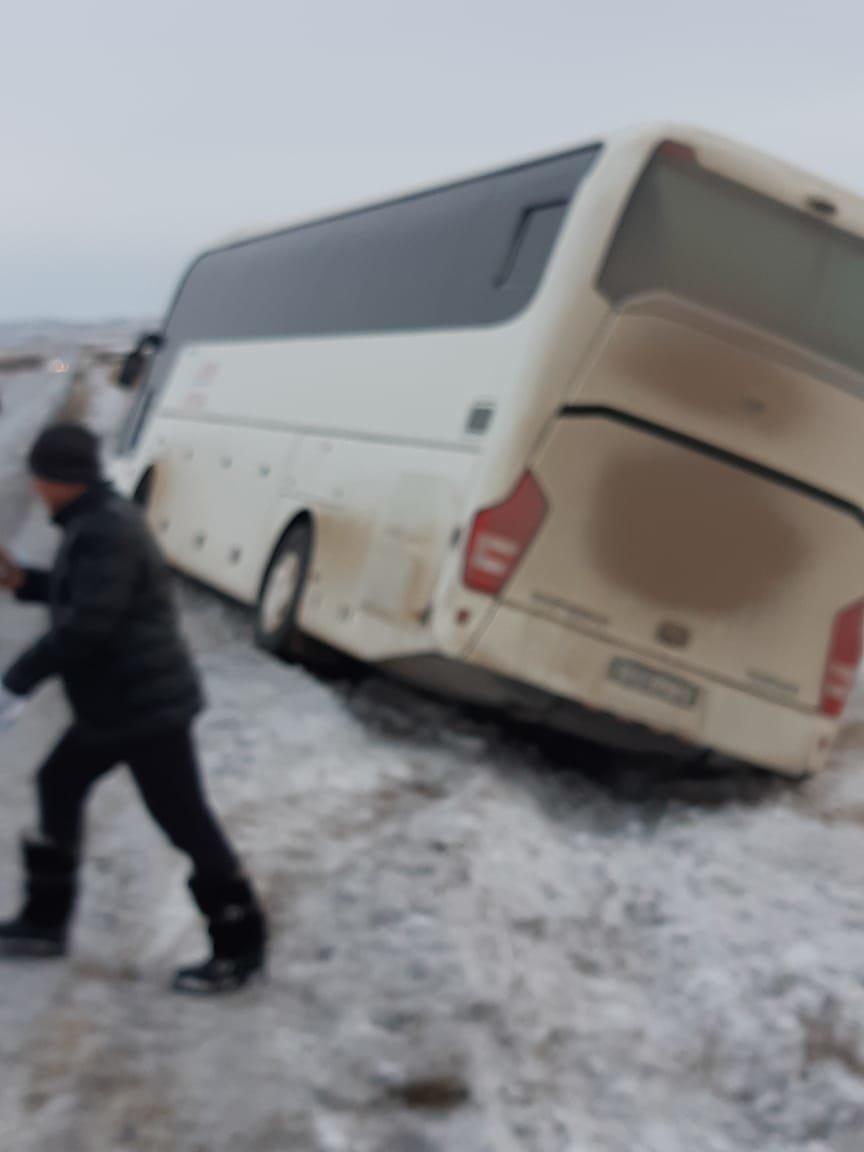 В Карагандинской области автобус с 42 пассажирами слетел в кювет (фото), фото-1