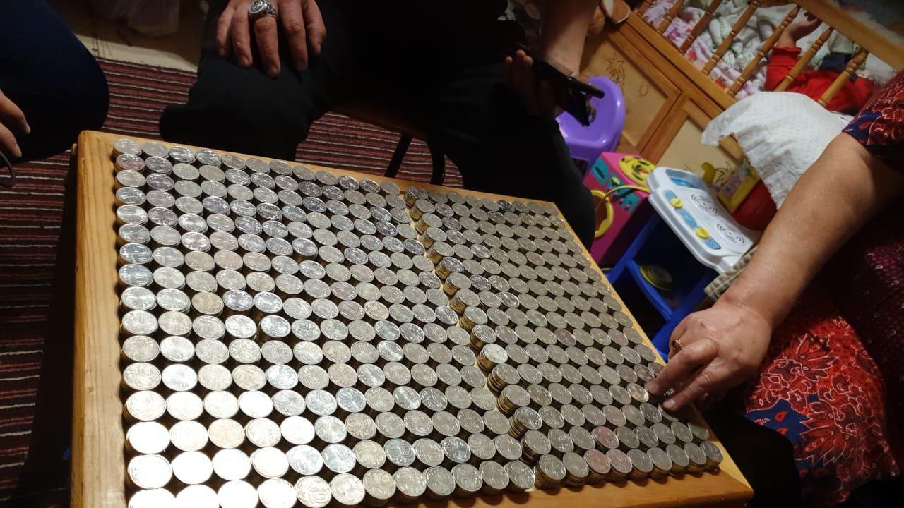 Карагандинец принес в банк две пятилитровые бутылки монет (фото), фото-1