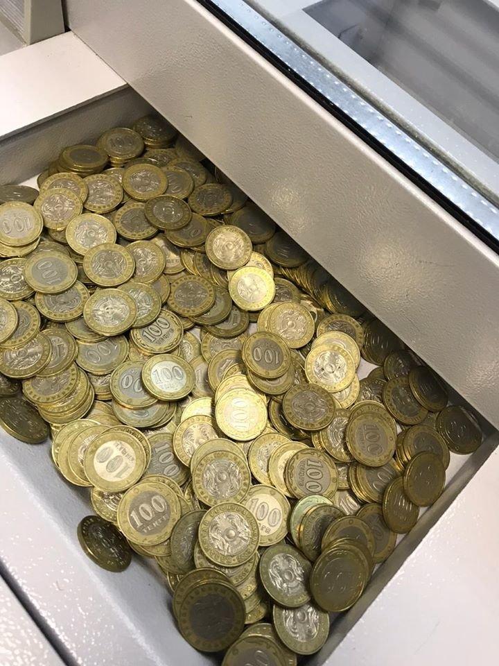 Карагандинец принес в банк две пятилитровые бутылки монет (фото), фото-2