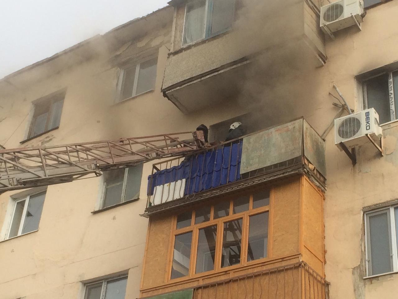 Семь человек спасли из горящей квартиры в Жезказгане, фото-1