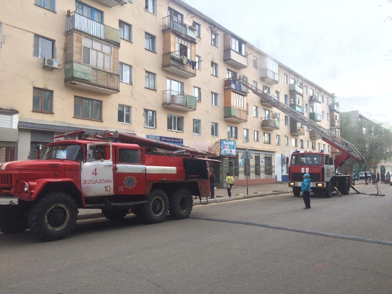Семь человек спасли из горящей квартиры в Жезказгане, фото-2