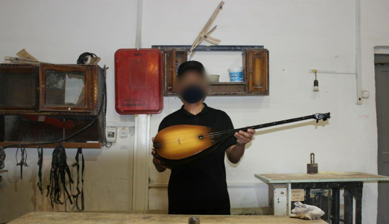 Заключенный из Карагандинской области сделал домбру и передал в дар музыкальной школе , фото-2, Фото ДУИС Карагандинской области
