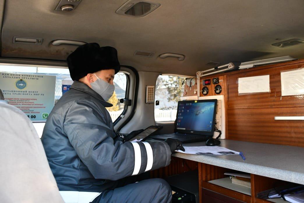 Ранее полицейским приходилось стоять у автомобиля для получения спецразрешения, пресс-служба акимата Карагандинской области