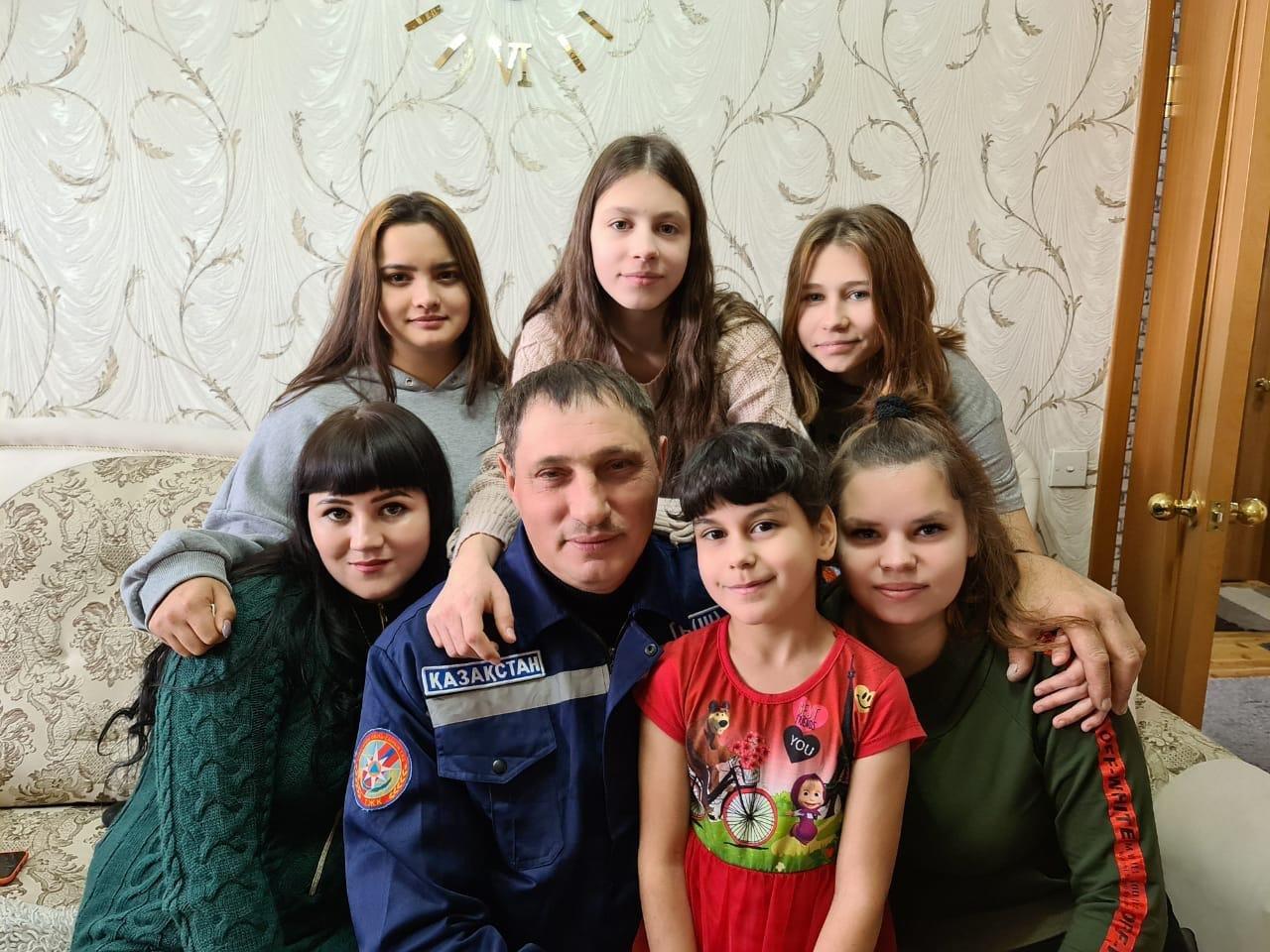 Шесть сирот взял в семью спасатель из Караганды, фото-1