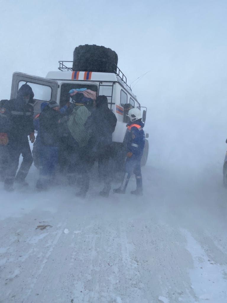 спасатели ДЧС эвакуировали 63 человека, фото пресс-службы ДЧС Карагандинской области