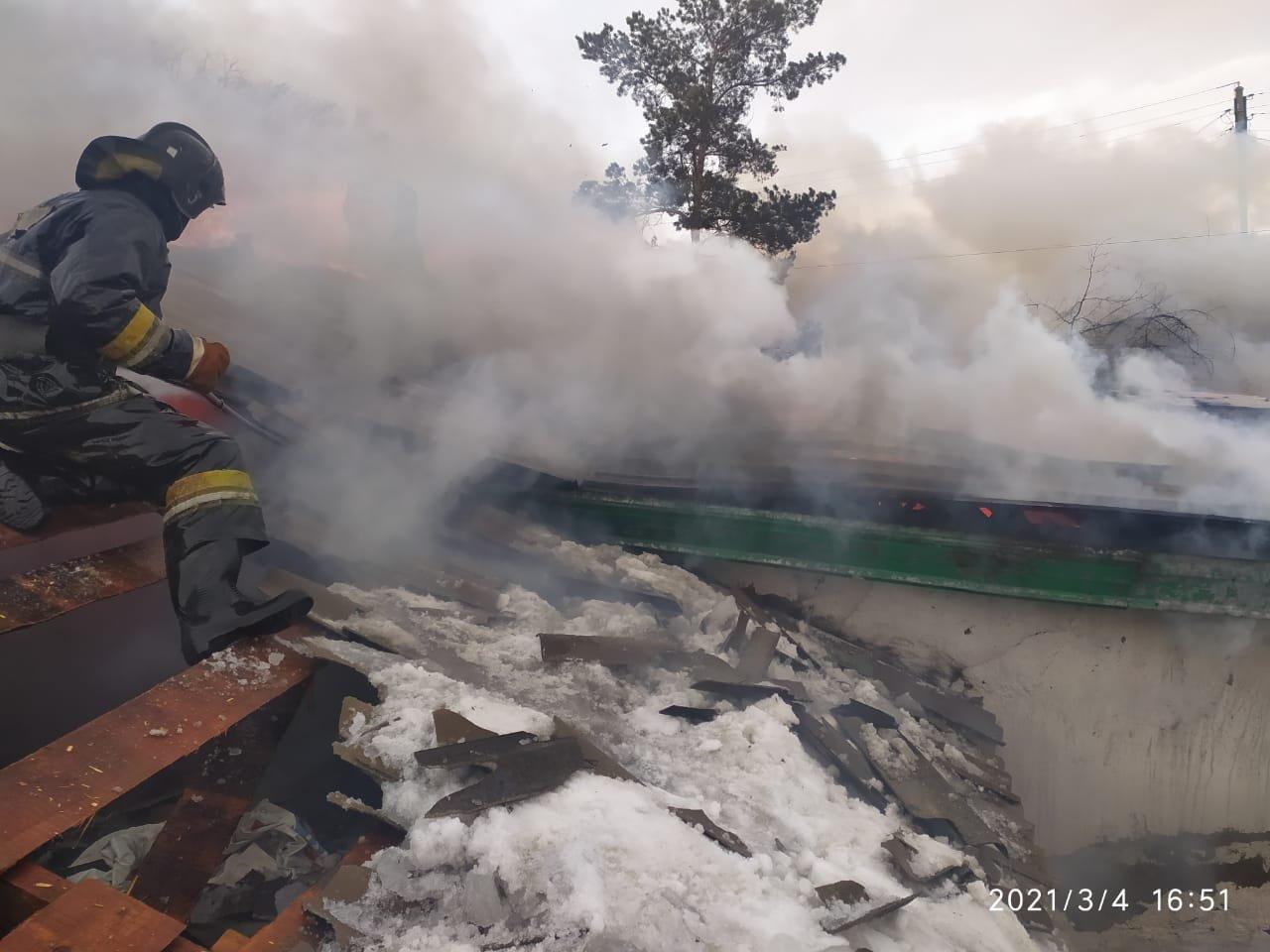 В Шахтинске горел двухквартирный жилой дом, фото-1