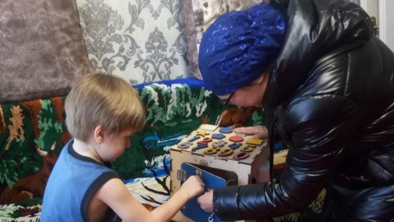 Балхашская рукодельница бесплатно изготавливает бизиборды для особенных детей, Пресс-служба акимата Карагандинской области