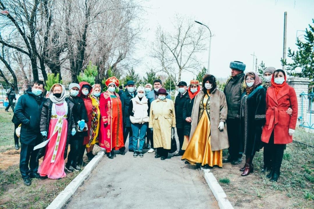 Представители разных национальностей высадили аллею саженцев сосны, фото пресс-службы акимата Карагандинской области
